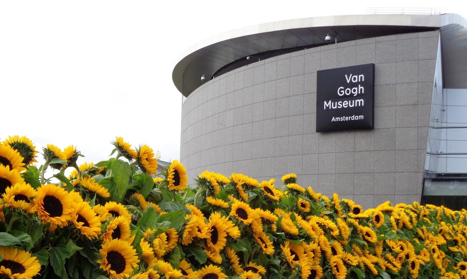 Фото музея Ван Гога с подсолнухами
